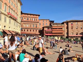 Early crowds at the Piazza del Campo